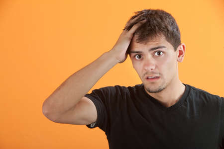 Verstoor Hispanic tiener man met de hand op het hoofd