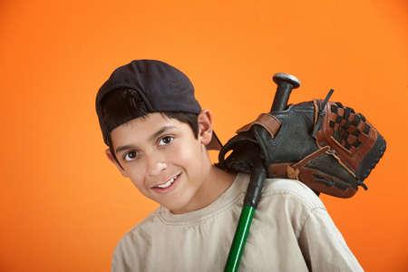 going out: Ragazzo giovane nativo americano andando a giocare a baseball