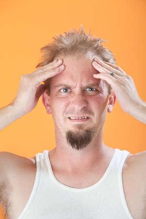 wifebeater: A disagio giovane uomo caucasica tiene la testa