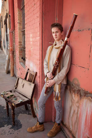 fagot: Młody przystojny Kaukaski mężczyzna z fagot w jego rękach
