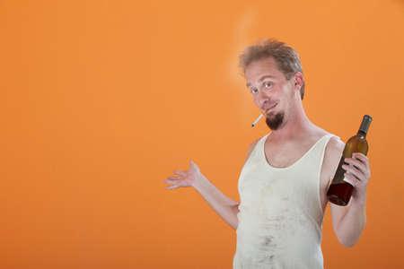 wifebeater: Uomo caucasica felice con una bottiglia e la sigaretta accesa