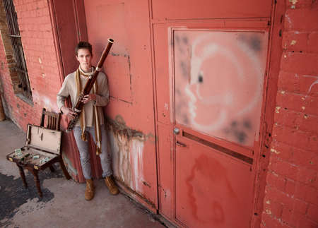 fagot: Przystojny młodych Kaukaski fagot ulicy wykonawca