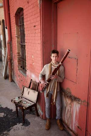 fagot: MÅ'ody gitarzysta fagot Kaukaski w tradycyjny strój indyjski Zdjęcie Seryjne