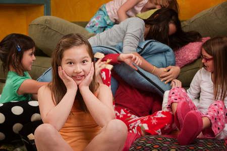 pijamada: Chica abrumada con amigos tontos en un dormitorio
