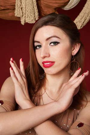 mani incrociate: Gorgeous danzatrice del ventre arabi con mani incrociate  Archivio Fotografico