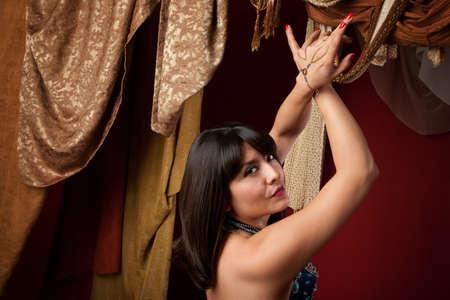 bailarinas arabes: Ve sexy �rabe vientre bailarina con las manos cruzadas sobre su hombro Foto de archivo