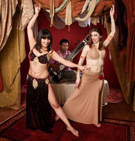 bailarinas arabes: Dos magn�ficos bailarines de vientre �rabe con India hombre juego Sitar
