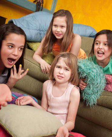 sleepover: Cuatro poco indign� a las ni�as en un dormitorio Foto de archivo