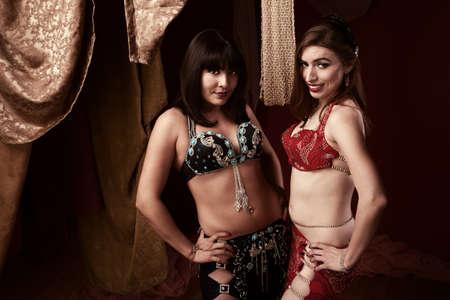bailarinas arabes: Dos bailarines de vientre hermosas con las manos en las caderas Foto de archivo