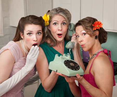 trio: Tres mujeres guapas en cocina con tel�fono