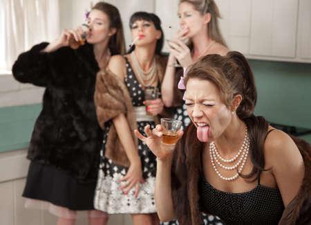 女性アルコールと反応する強い友人煙や台所で飲みながら 写真素材 - 9610229