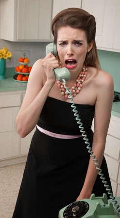 desperate: Joven de raza blanca en una cocina llora en el tel�fono