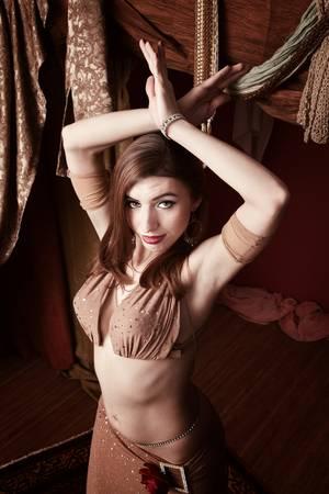 Prachtige Arabische buikdanseres met handen aan de orde gesteld