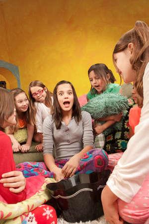 pijamada: Chica adolescente narra una historia en un dormitorio