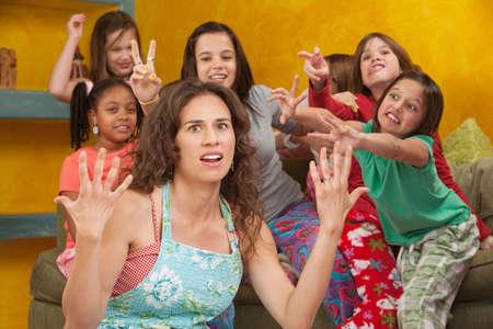 Mamá descontenta entre niñas salvajes con las manos hasta en frustración Foto de archivo - 9663402