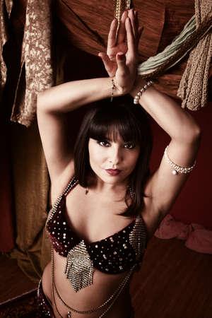 bailarinas arabes: Hermoso joven �rabe mujer danza del vientre con los brazos arriba