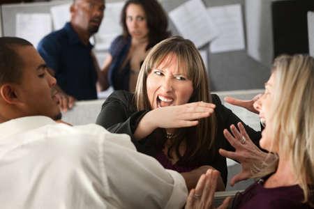 clash: Dos empleados de mujer peleados entre otros compa�eros de trabajo Foto de archivo