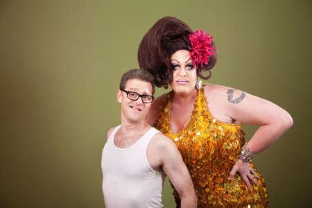uomo alto: Alto drag queen con un uomo pi� breve in bicchieri