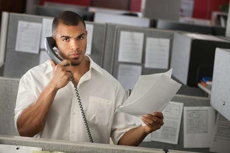 심각한 회사원은 그의 손에 문서와 전화 통화