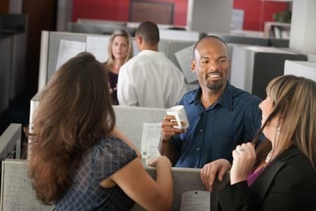 habladur�as: Empleados disfrutan de taza de caf� durante el descanso Foto de archivo