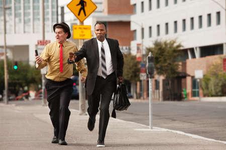 punctual: Hombres de negocios competitivo se apresuran a paso el uno al otro