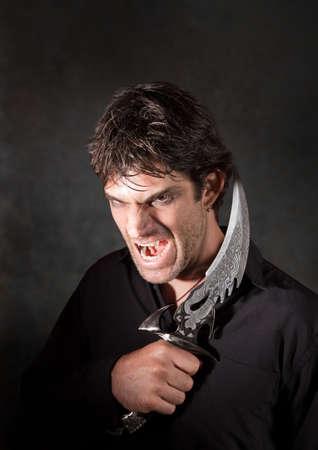 Kaukasische man met scherpe mes yells over kastanjebruine achtergrond