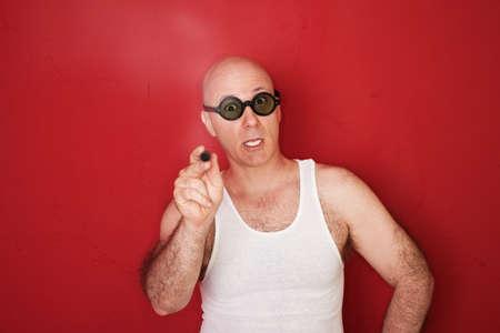 batidora: Infeliz hombre caucásico Calvo con cigarro sobre fondo rojo