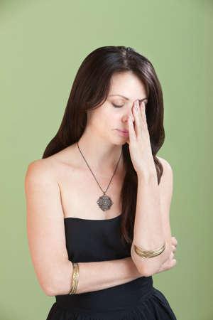 preocupacion: Mujer cansada jóvenes caucásicos tiene la mano delante de su cara Foto de archivo