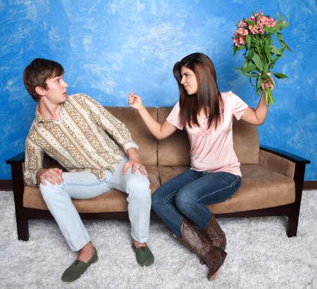 novios enojados: Descontento gestos niña hispana de tirar el ramo de novio