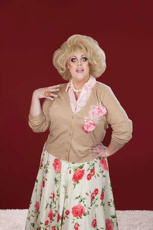occhi sbarrati: Drag queen Sorpreso con la bocca e occhi spalancati