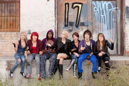 Jóvenes punks adolescentes responde airadamente a tener su foto tomada.