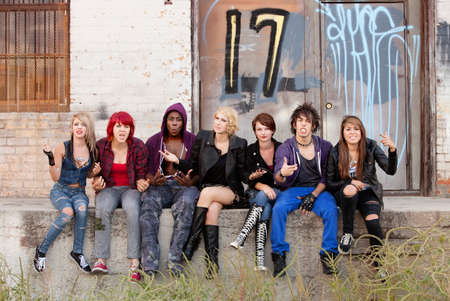 pandilleros: Jóvenes punks adolescentes responde airadamente a tener su foto tomada. Foto de archivo