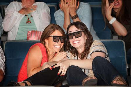 gradas estadio: Dos mujeres asustados con gafas 3D muy seguidas