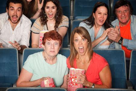 gradas estadio: Gente asustada en la audiencia con la boca abierta