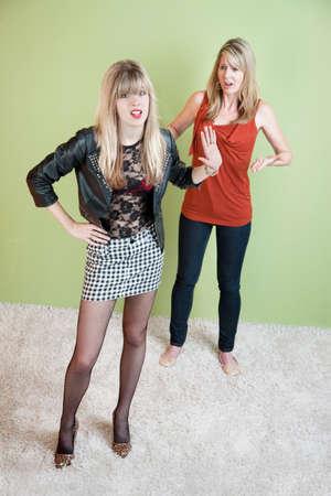 personas discutiendo: Avergonzado madre con la hija en ropa reveladora Foto de archivo