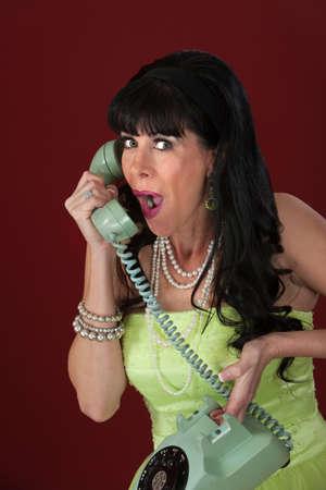 rotary dial telephone: Emocionado de estilo retro mujer de tel�fono de disco sobre fondo marr�n