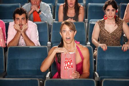 occhi sbarrati: La gente ha sorpreso con gli occhi spalancati nel teatro