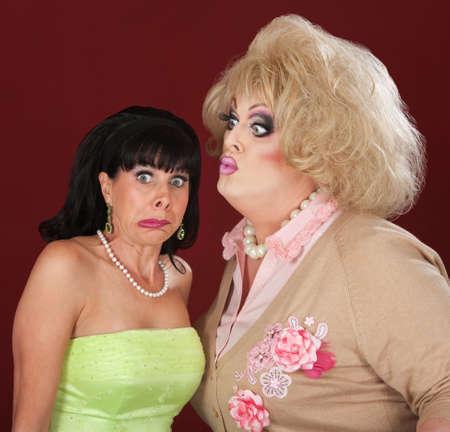 uomo alto: Uomo alto in drag cerca di baciare una bella signora
