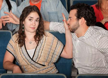 novios enojados: Irritado novia se detiene novio se porta mal en el teatro