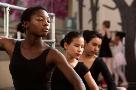 Drie jonge balletdansers in een dansstudio Stockfoto