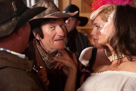 prostituta: Mujeres bonitas se burlan de vaquero de mediana edad en la taberna
