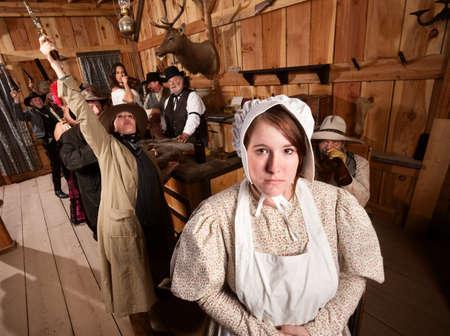 rowdy: Mujer t�mida con las personas ruidosas en un viejo sal�n del oeste