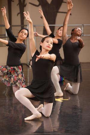 bailarinas arabes: Cuatro artistas de ballet joven de rodillas en el suelo Foto de archivo