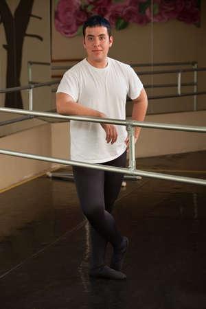 ballet hombres: Sonriendo bailarina de ballet masculino en poses en el estudio