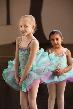 Shy niñas en vestidos de ballet en una academia de baile Foto de archivo - 14195792