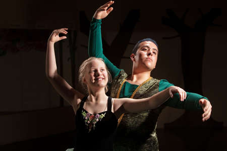 ballet hombres: Joven estudiante de danza ensayando con el hombre rubio