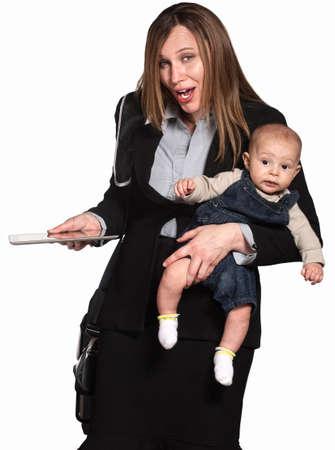 madre trabajando: Trabajo madres hispanas con el bebé sobre fondo blanco