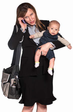 madre trabajadora: Empresaria hispana con el beb� sobre fondo blanco