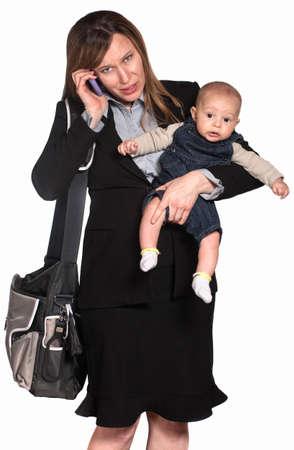 werkende moeder: Latijns-Amerikaans zakenvrouw met baby op witte achtergrond