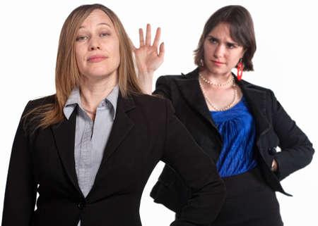 violence in the workplace: La media de las mujeres sus compa�eros de trabajo m�s de fondo blanco